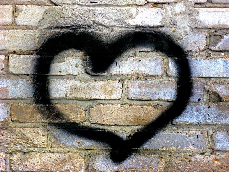 Coeur sur le mur de briques photo stock