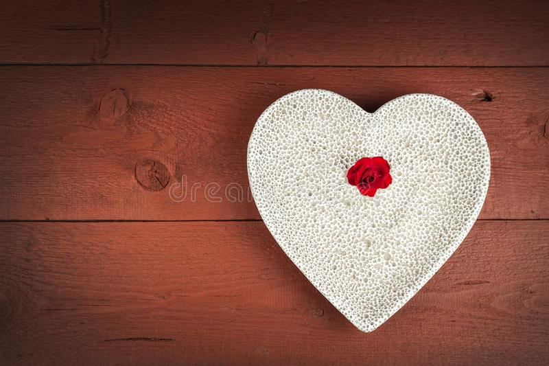 Coeur sur un conseil en bois fond romantique Souhaits pour le jour du ` s de St Valentine Place pour le texte images stock