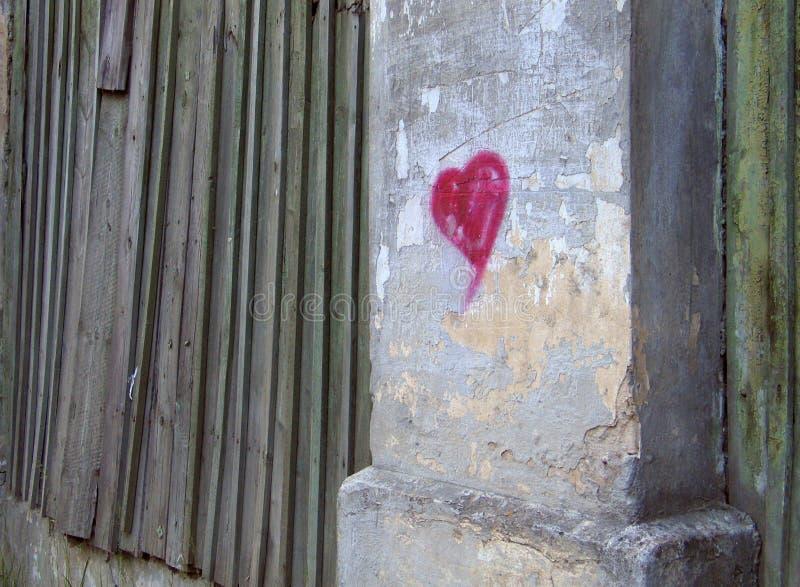 Coeur sur un mur photos libres de droits