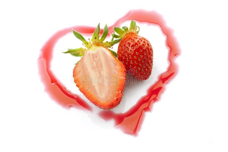 Coeur un demi- de fraises photo libre de droits