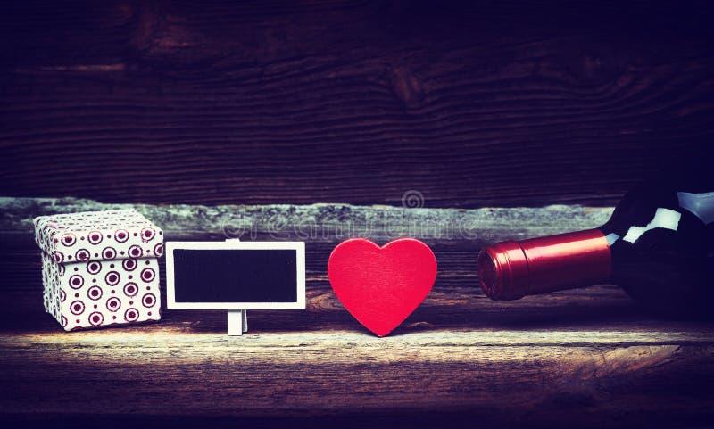 Coeur, vin, cadeau et petit tableau noir photos stock