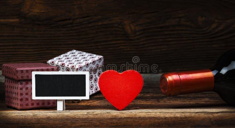 Coeur, vin, cadeaux et petit tableau noir photo stock