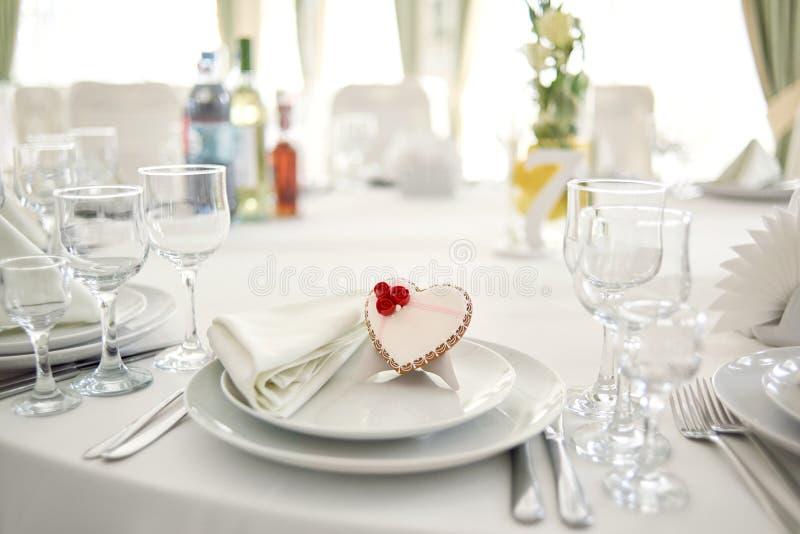 Coeur vitré de pain d'épice pour épouser l'invité image stock