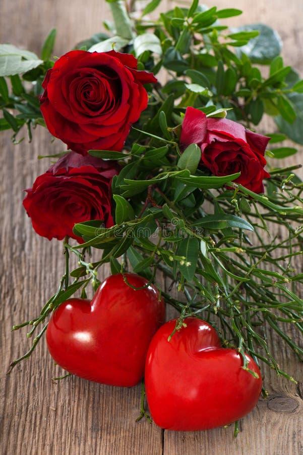 Coeurs avec des roses photos stock
