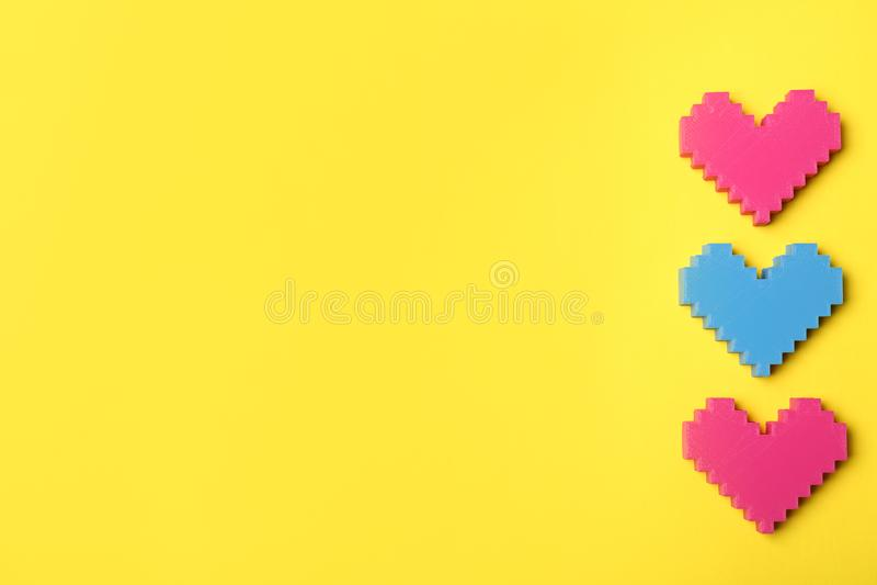 Coeurs colorés sur le fond de couleur, vue supérieure avec images libres de droits