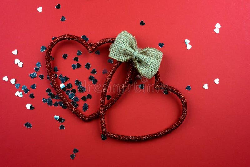 Coeurs décoratifs sur un fond rouge photographie stock