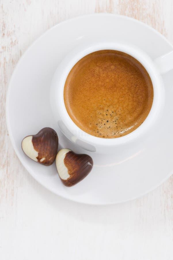 Coeurs de chocolat et expresso, verticale, plan rapproché image libre de droits