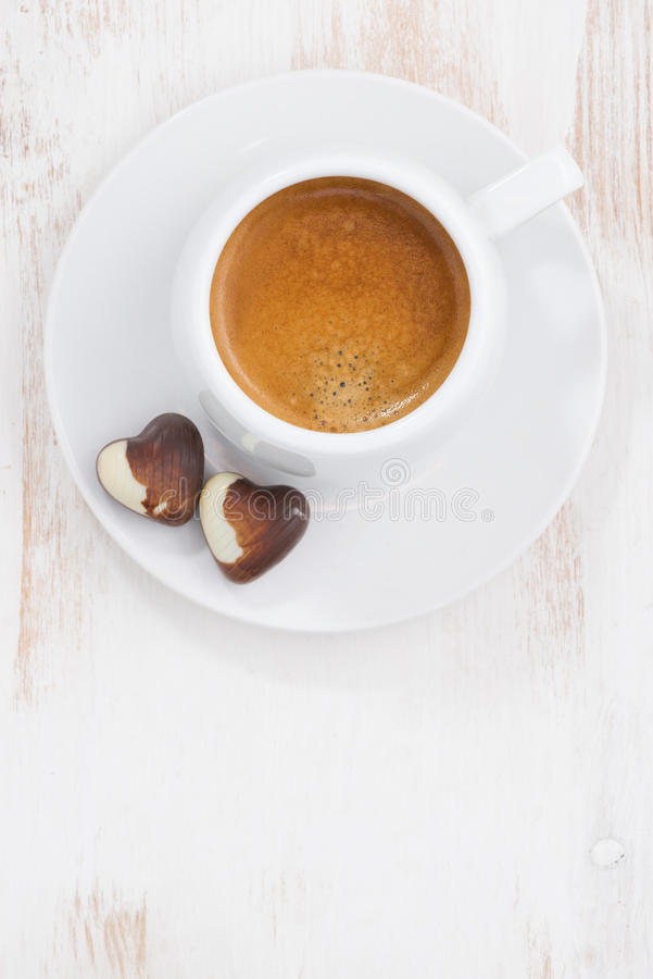 Coeurs de chocolat et expresso, verticale, vue supérieure photographie stock