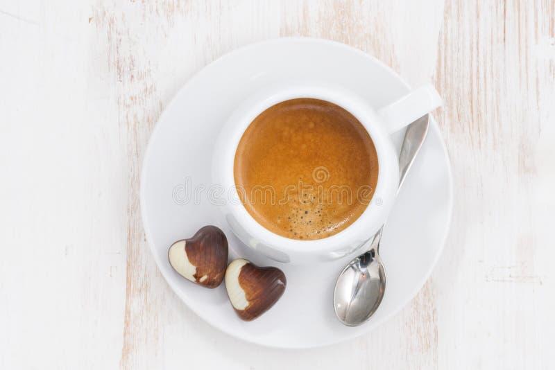 Coeurs de chocolat et expresso, vue supérieure images libres de droits