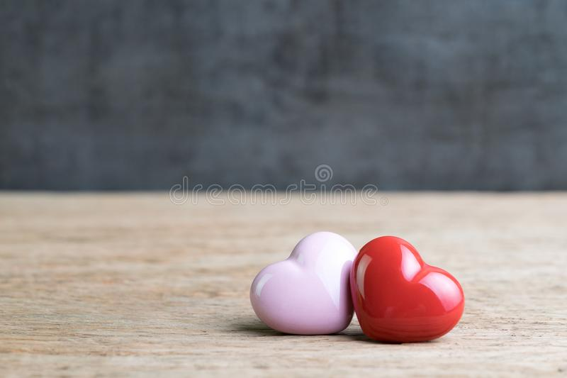Coeurs de fond de mariage ou de valentines, rouges et roses sur en bois photographie stock libre de droits