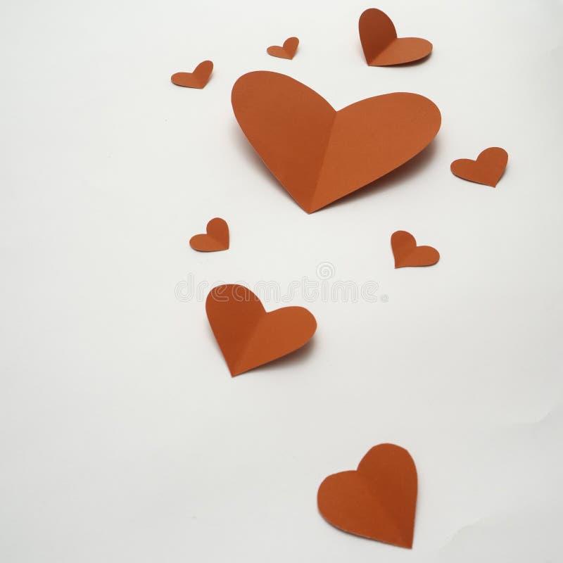 Coeurs de papier rouges d'isolement sur le fond blanc photographie stock