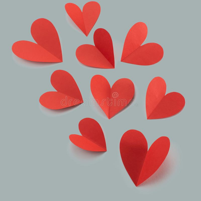 Coeurs de papier rouges sur le concept gris de fond de Valentine' ; jour de s photos stock