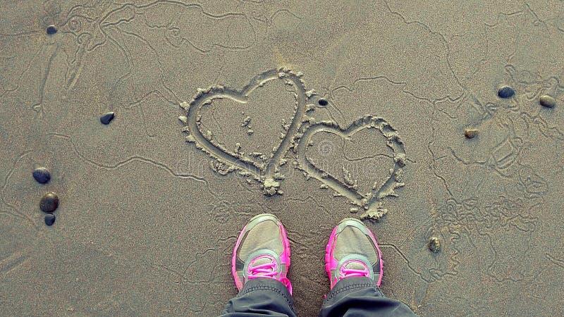 Coeurs de sable au lever de soleil images libres de droits