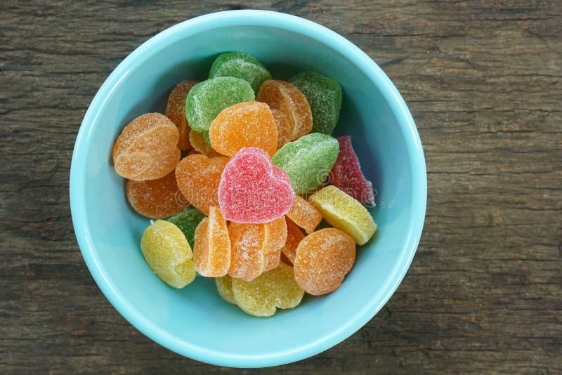 Coeurs de sucrerie de gelées de fruit dans la cuvette image stock