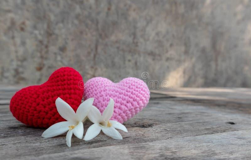 Coeurs de tricotage avec Millingonia sur la table en bois image libre de droits