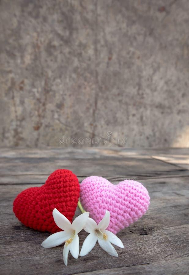 Coeurs de tricotage avec Millingonia sur la table en bois photo libre de droits