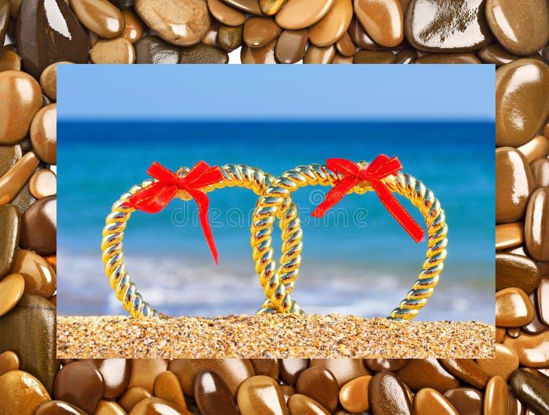 Coeurs de Valentine sur la plage contre la mer photographie stock libre de droits