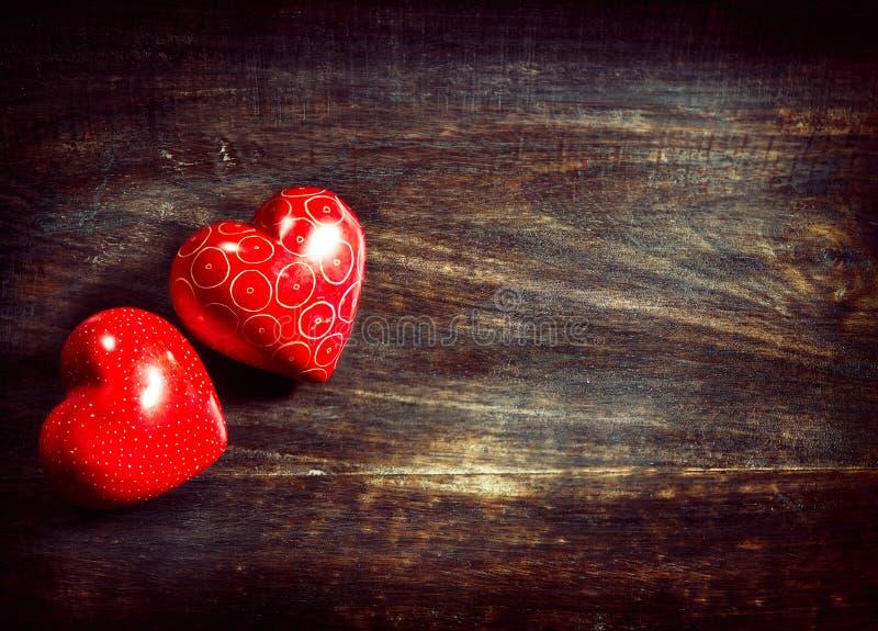 Coeurs de valentines au-dessus de bois images stock