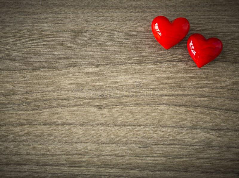 Coeurs de valentines sur le fond en bois image libre de droits