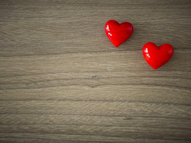 Coeurs de valentines sur le fond en bois photos libres de droits