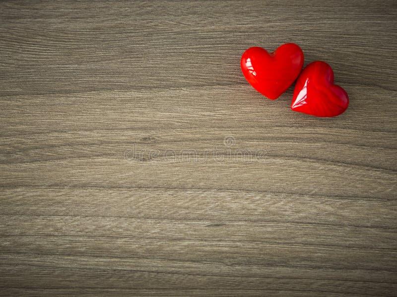 Coeurs de valentines sur le fond en bois photos stock