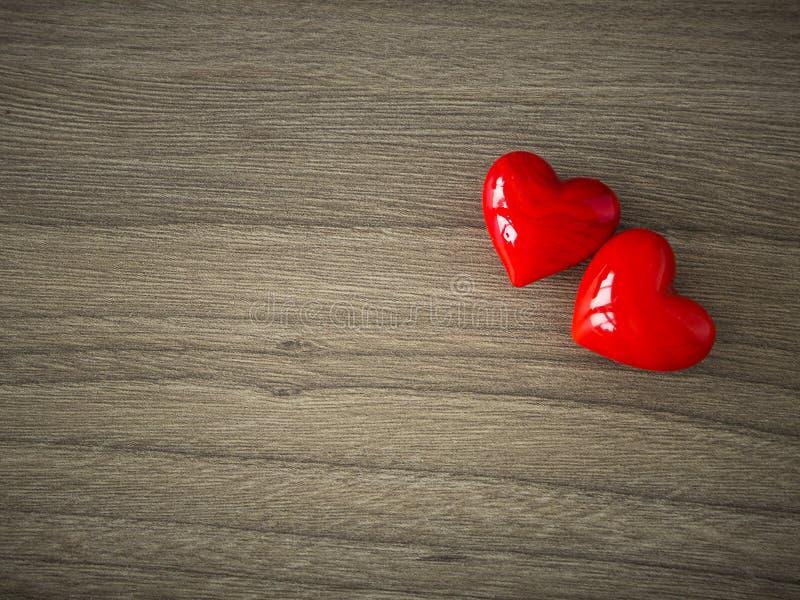 Coeurs de valentines sur le fond en bois images libres de droits