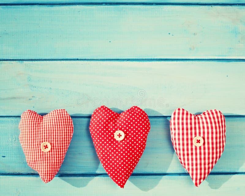 Coeurs de vintage au-dessus de bois photo stock
