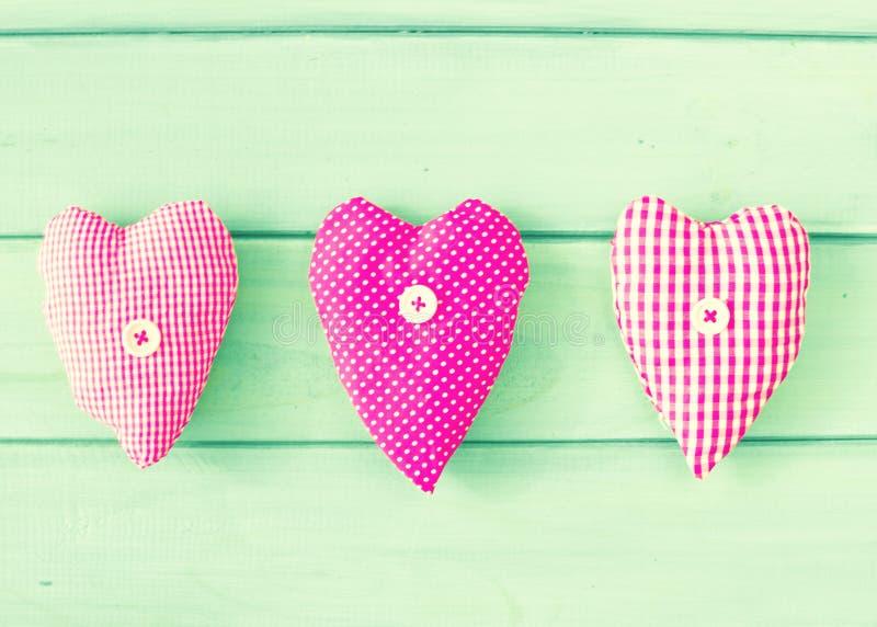 Coeurs de vintage au-dessus de bois photographie stock libre de droits