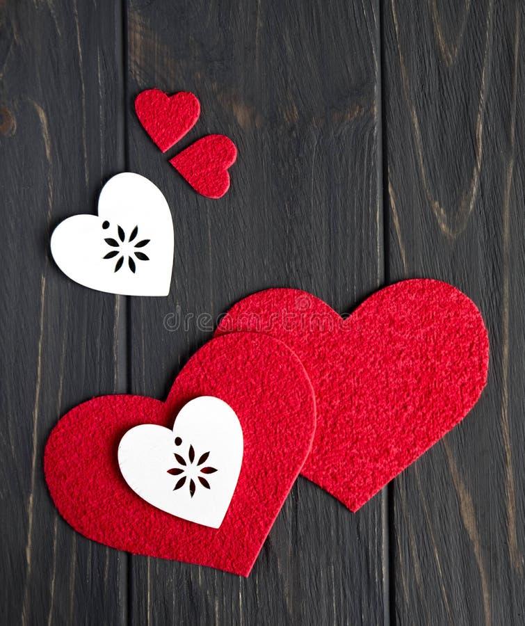 Coeurs en bois rouges et blancs sur un fond âgé en bois gris Vue de ci-avant Vue pour la bannière Fond pour la carte de voeux image stock