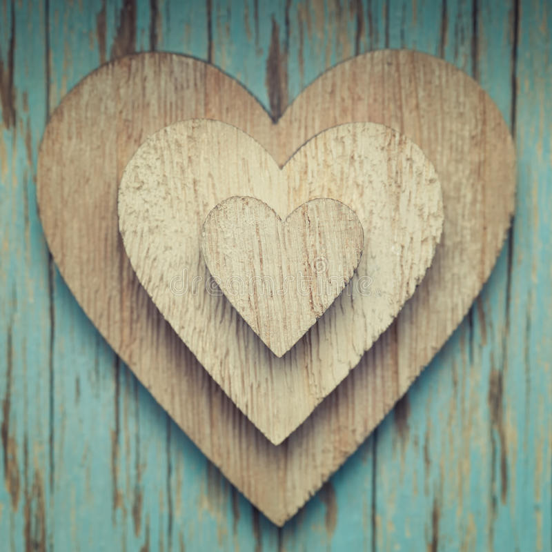 Coeurs en bois sur l'un l'autre sur un backgr de vintage de turquoise images libres de droits