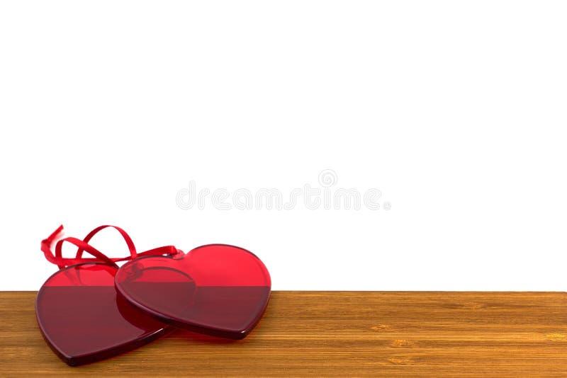 Coeurs en verre rouges sur le fond en bois Concept de jour du ` s de Valentine photo libre de droits