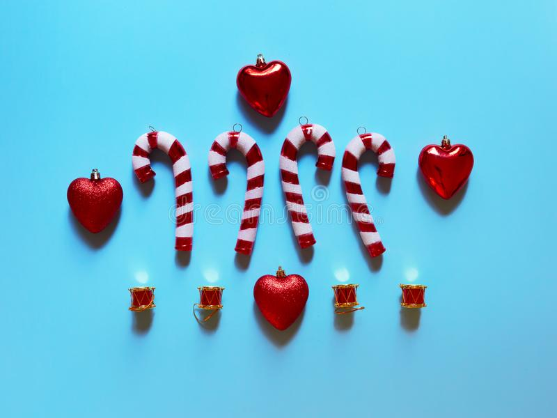 Coeurs et cadeaux de tambours de canne de sucrerie de Noël au studio au-dessus de la vue au-dessus d'un fond bleu-clair flatlay photo libre de droits
