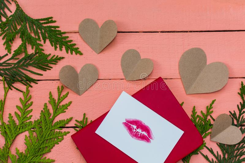 Coeurs et carte avec la copie de lèvre sur le fond en bois rose images libres de droits