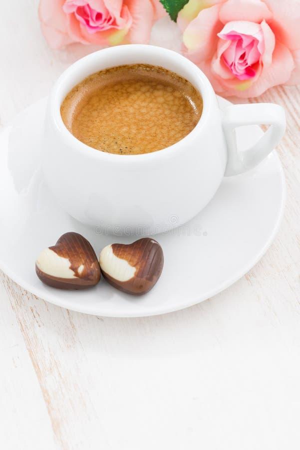 Coeurs et expresso de chocolat pour le jour du ` s de Valentine sur la table blanche photos stock