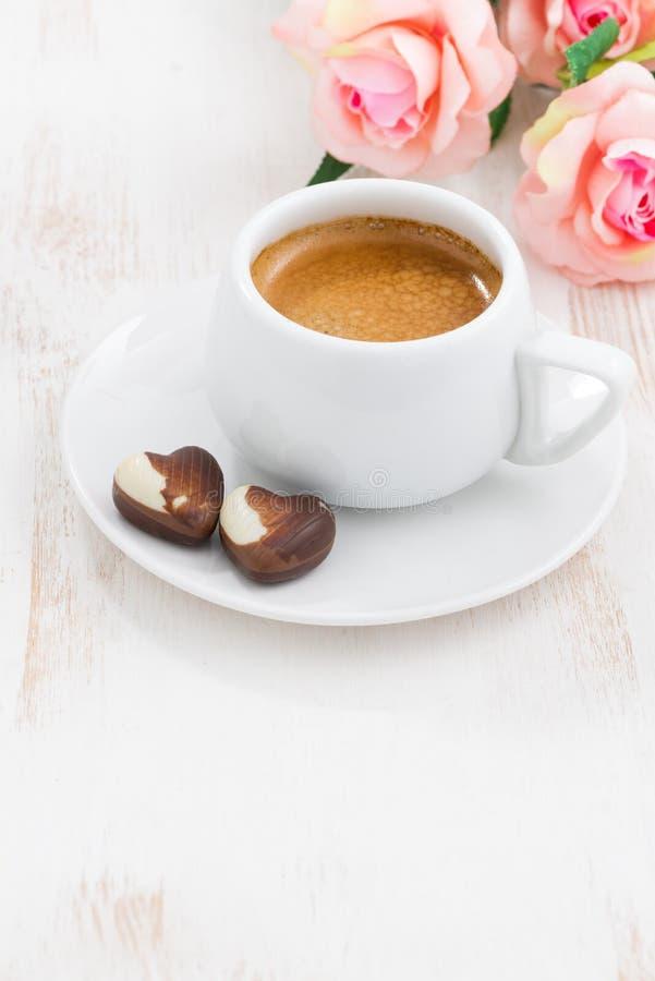 coeurs et expresso de chocolat pour le jour du ` s de Valentine, verticaux photographie stock