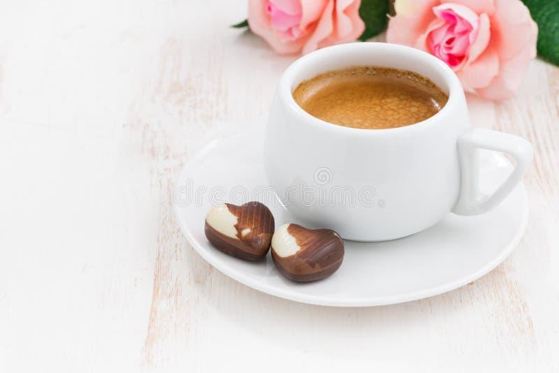 Coeurs et expresso de chocolat pour le jour du ` s de Valentine photos stock