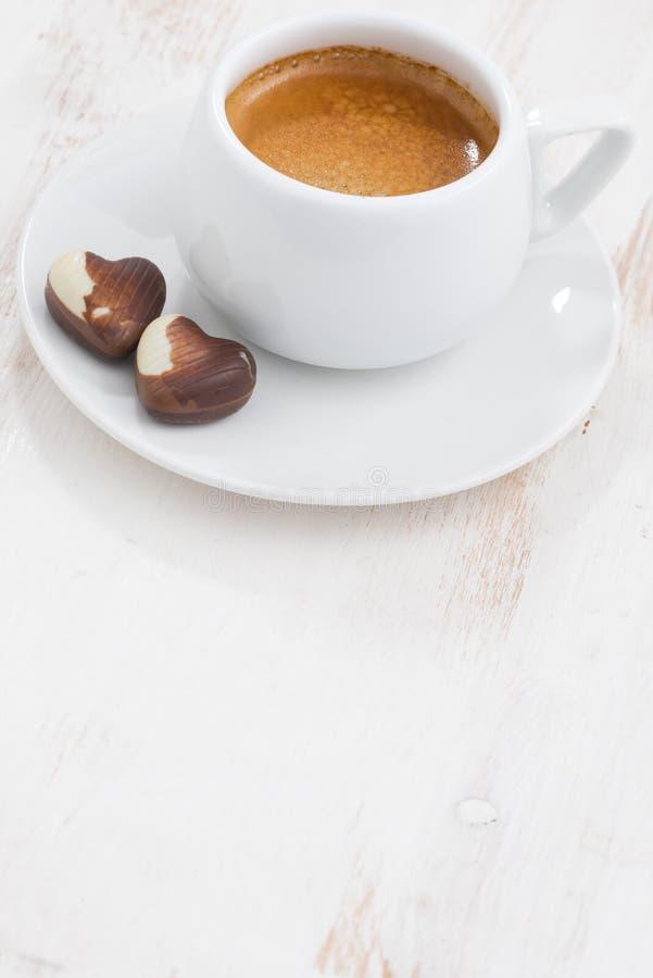 Coeurs et expresso de chocolat sur le fond en bois blanc photographie stock