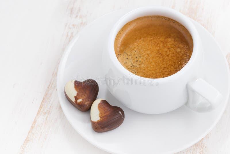 Coeurs et expresso de chocolat sur le fond en bois blanc photo stock