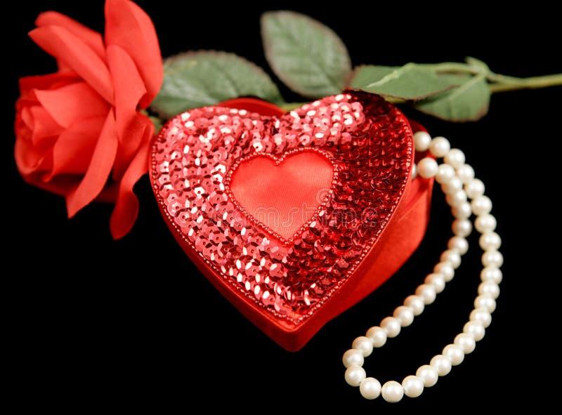 Coeurs et fleurs de Valentine sur le noir photo stock