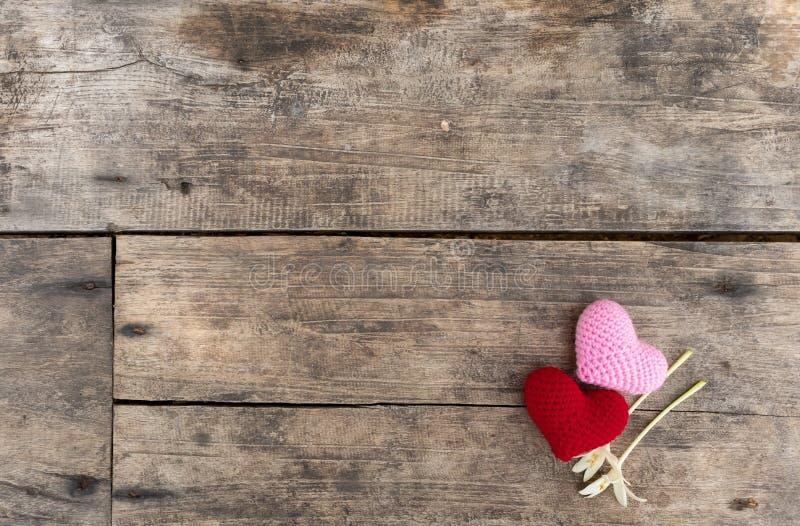 Coeurs et fleurs sur la table en bois photos libres de droits
