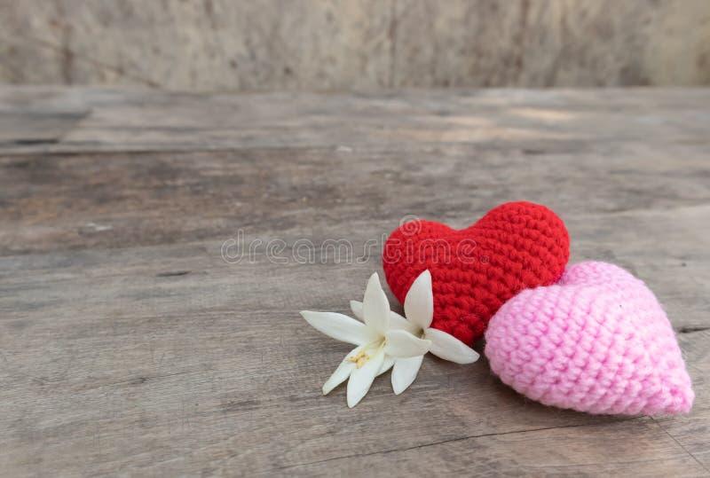 Coeurs et fleurs sur la table en bois photos stock