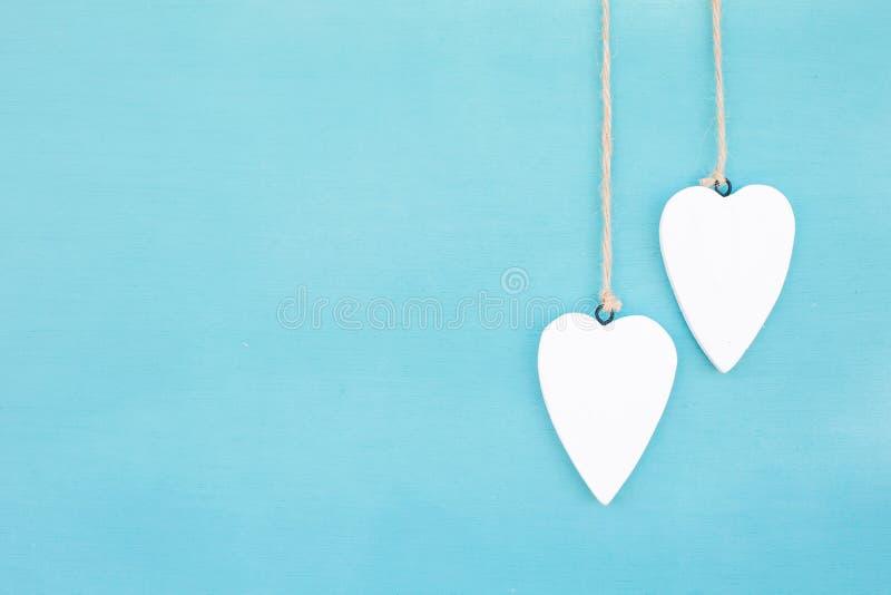 Coeurs et fond accrochants de turquoise dans le style campagnard Chic, carte photo libre de droits