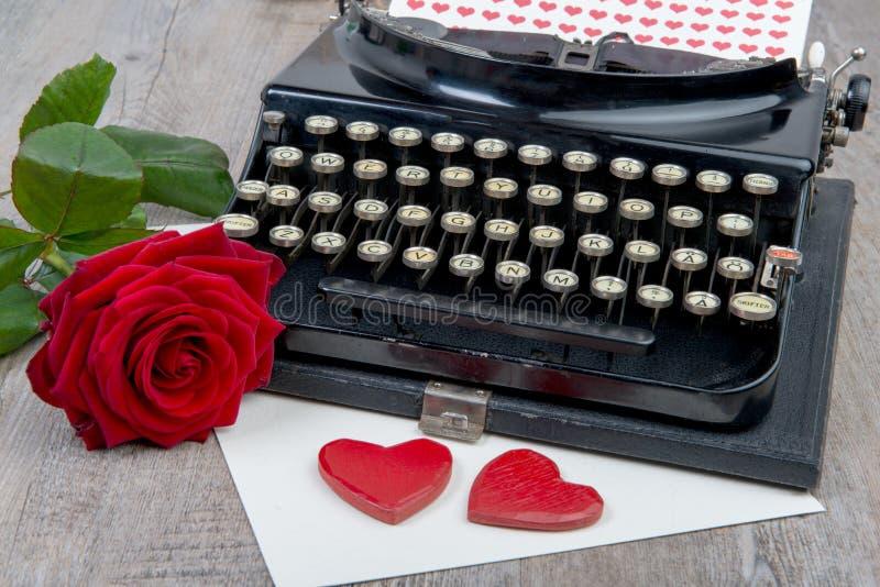 Coeurs et machine à écrire rouges pour la Saint-Valentin images libres de droits