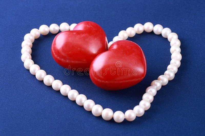 Coeurs et perles rouges image libre de droits