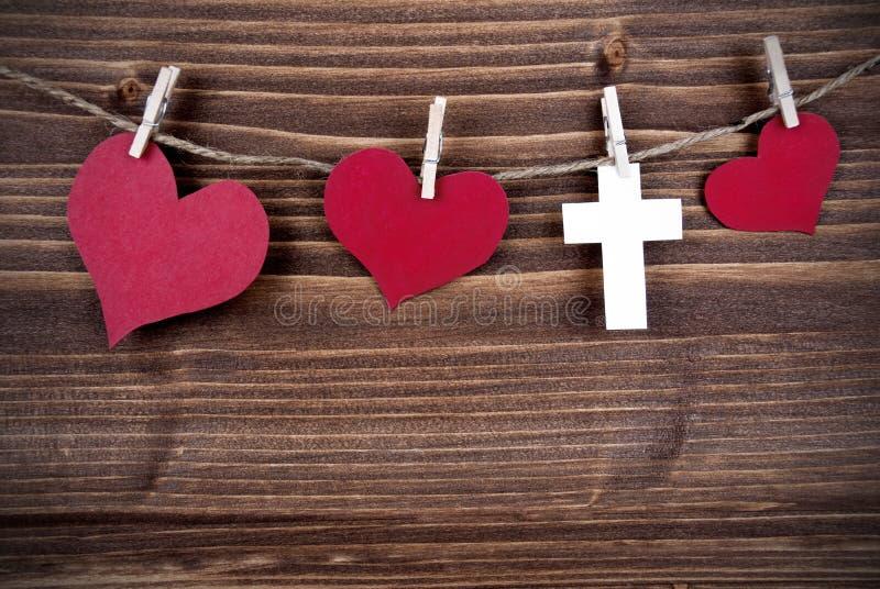Coeurs et une croix sur une ligne photos libres de droits