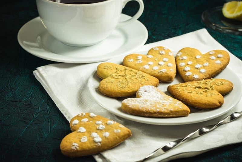 Coeurs formés par biscuit fait maison de gingembre photos stock