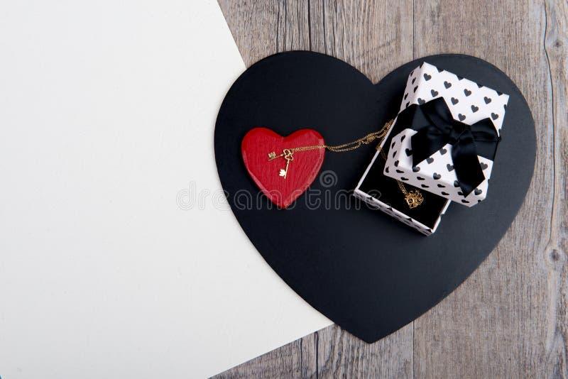 Coeurs noirs et rouges avec un bijou pour le Saint Valentin photo stock