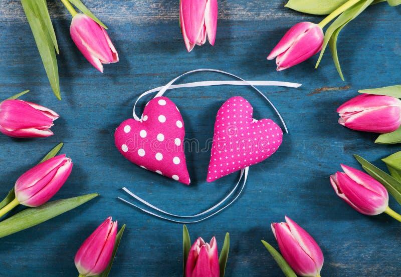 Coeurs roses avec des tulipes photos libres de droits