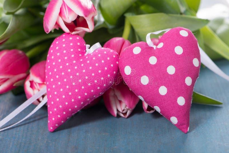 Coeurs roses avec des tulipes photographie stock libre de droits