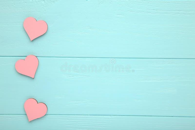 Coeurs roses sur un fond en bois bleu photo stock